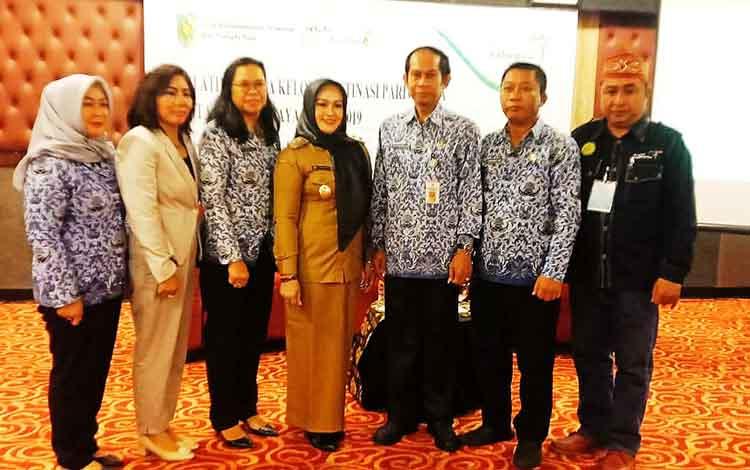 Wakil Wali Kota Palangka Raya, Umi Mastikah foto bersama kepala dinas. Ia minta kelurahan menjadi pelopor destinasi wisata