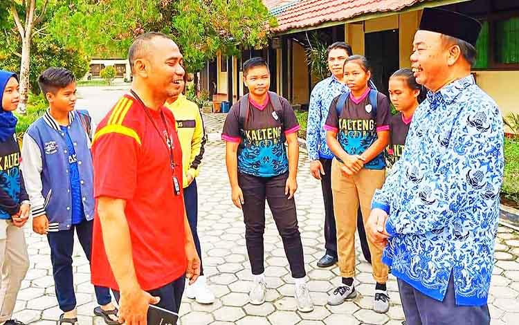 Kepala SMAN 5 Palangka Raya Arbusin menyambut positif kunjungan tim pra PON cabang sepak bola putri Kalteng, Selasa, 1 Oktober 2019.