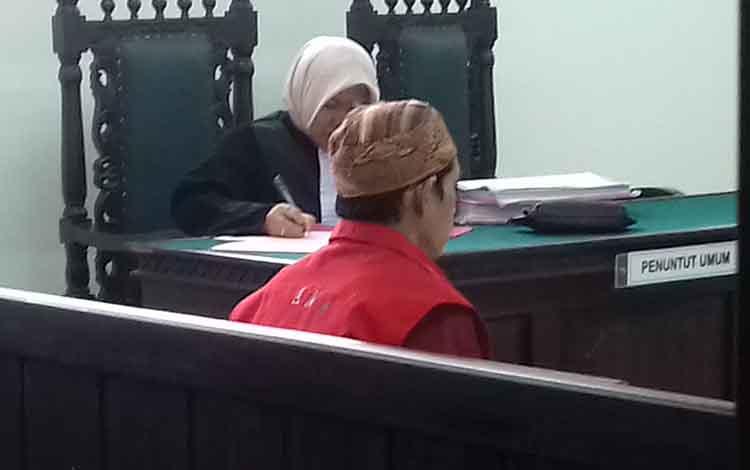 AL alias Aalias An, terdakwa kasus pencurian saat jalani sidang di Pengadilan Negeri Sampit, Selasa, 1 Oktober 2019.