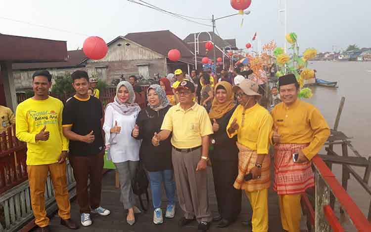 Bupati Kobar Hj Nurhidayah (tengah) menyampaikan lomba kuliner tradisional untuk tingkatkan ekonomi keluarga, di Kelurahan Raja Seberang, Selasa, 1 Oktober, 2019.