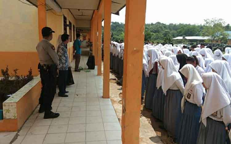 Personel Polsek Kapuas Murung memberikan arahan kepada para pelajar saat menyambangi SMKN 2 untuk menyampaikan pesan kamtibmas, Selasa 1 Oktober 2019
