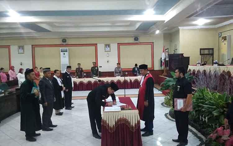Unsur pimpinan DPRD Kabupaten Barito Timur saat menandatangani berita acara pelantikan, kemarin. Wakil Ketua I DPRD Barito Timur Ariantho S Muller menyayangkan penutupan Jalan Pertamina di wilayah Desa Sumur, Kecamatan Dusun Timur.
