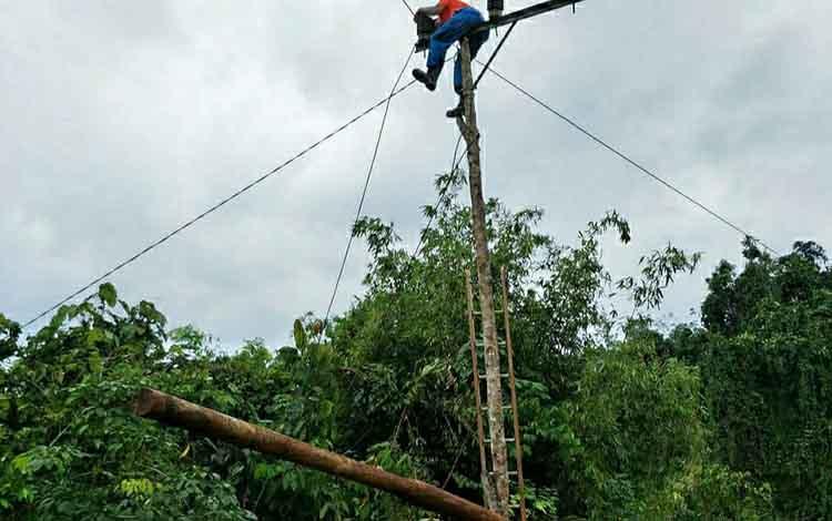Petugas PLN memasang jaringan listrik di Kecamatan Lahei Barat. Warga Lahei Barat keluhkan pelayanan PLN yang mengakibatkan listrik padam selama 3 hari.