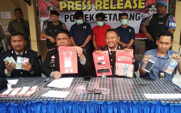 Kapolres Kotim AKBP Mohammad Rommel didampingi Kapolsek Ketapang AKP Wiwin Junianto Supriyadi, saat ekspos kasus naekoba dengan menangkap tiga pengendar sabu, Selasa, 1 Oktober 2019.
