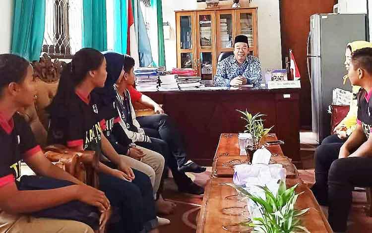 Tim Pra PON sepak bola putri Kalteng bersilaturahim ke SMAN 5 Palangka Raya pada Senin, 1 Oktober 2019.