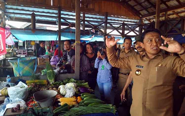Bupati Pulang Pisau Edy Pratowo mengatakan penertiban pedagang dilakukan agar Kota Pulang Pisau tidak menjadi kumuh. Hal itu disampaikan Bupati Edy Pratowo, Selasa, 1 Oktober 2019.