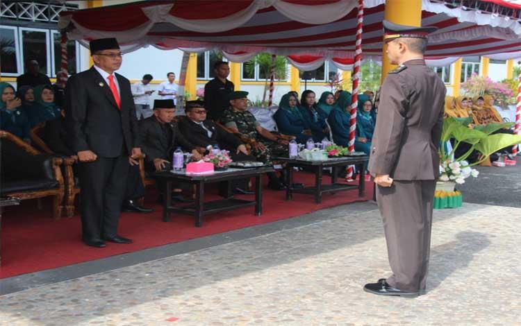Wakil Bupati Sukamara, Ahmadi memimpin upacara hari Kesaktian Pancasila. Dia berharap generasi penerus diberikan pemahaman wawasan kebangsaan