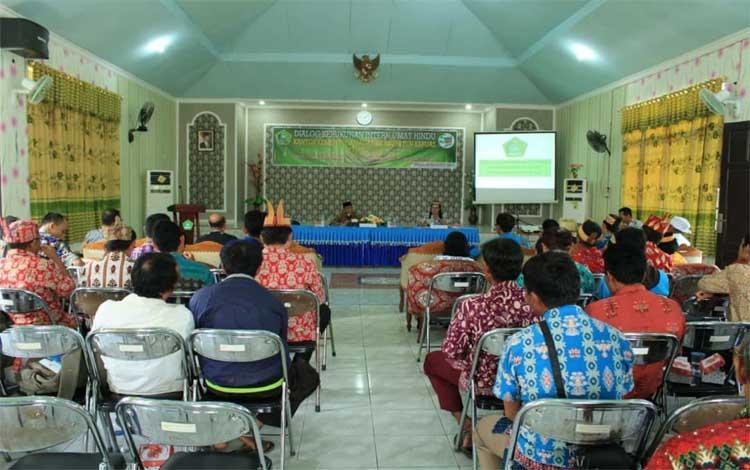 Kantor Kementerian Agama Kapuas meningkatkan kerukunan umat beragama dengan melaksanakan dialog bersama Umat Hindu