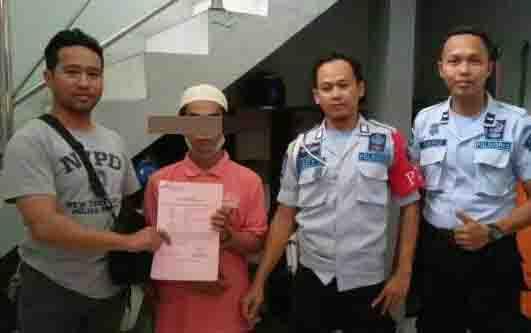Tersangka AN saat pelimpahan penahanan di Lapas Sampit. AN masuk bui lantaran menodongkan senapan angin ke korban. Penyebabnya, tersangka emosi karena merasa difitnah.