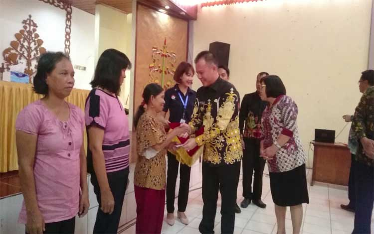 Bupati Gunung Mas Jaya S Monong saat launching Bantuan Pangan Non Tunai di GPU Tampung Penyang, Rabu 2 Oktober 2019