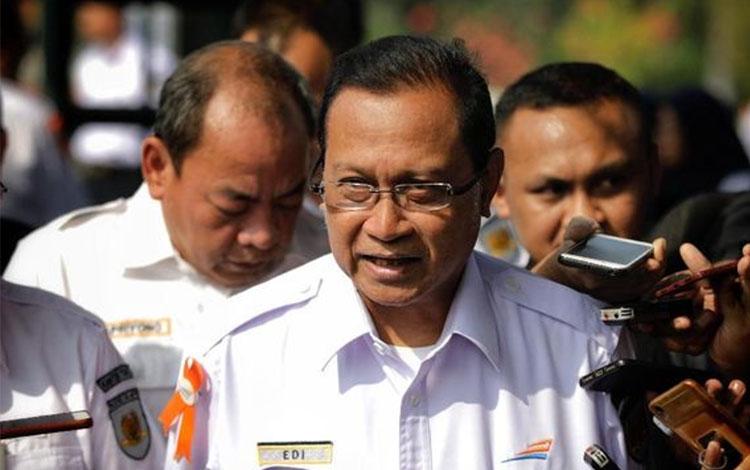 Dirut PT KAI Edi Sukmoro mengatakan KAI menggandeng Servo Railway dan Progress Rail, perusahaan infrastruktur rel kereta, untuk merancang lokomotif berbahan bakar biodiesel 100 persen atau B100.. (CNN Indonesia/Adhi Wicaksono)