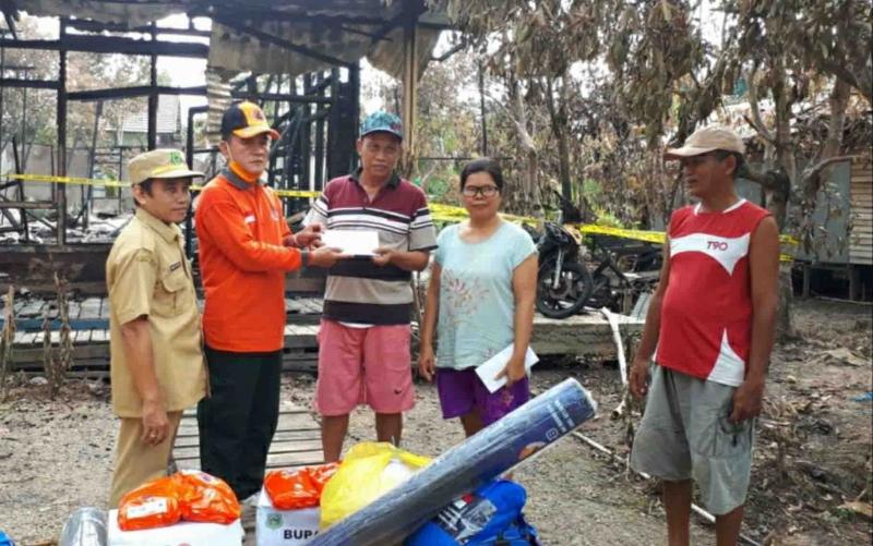 BPBD Kapuas menyalurkan bantuan untuk korban kebakaran di Kelurahan Barimbang.
