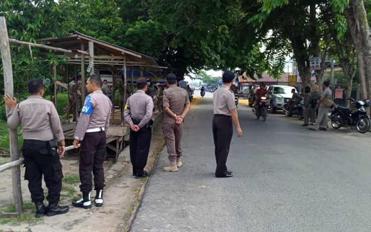 Personel Polsek Kahayan Hilir saat mendampingi penertiban lapak pedagang pinggir Jalan Tingang Menteng, Kota Pulang Pisau, Selasa, 1 Oktober 2019.