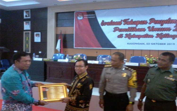 Ketua KPU Katingan Subandi memberikan piagam penghargaan kepada Bupati Sakariyas
