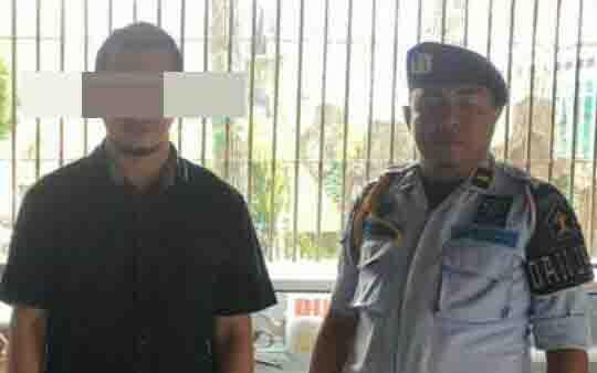 Tersangka SW alias Suk (kiri). Dia ditangkap polisi atas kasus sabu.