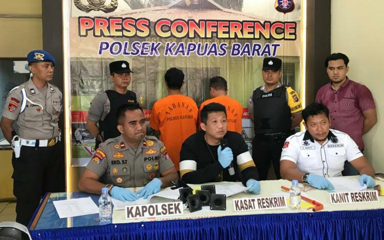 Kasatreskrim Polres Kapuas AKP Sony Rizky Anugerah saat membeberkan modus 2 pelaku pencurian peralatan di bangunan sarang burung walet saat konferensi pers, Kamis, 3 Oktober 2019.
