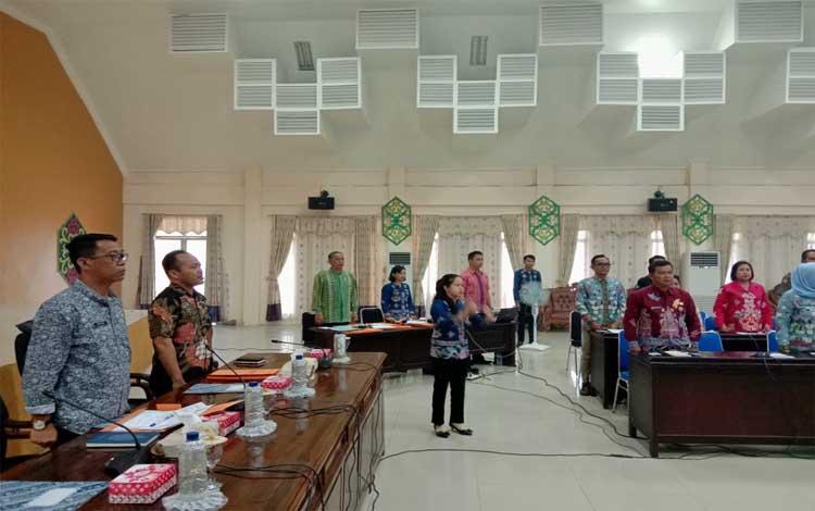 Pejabat Sekda Pulang Pisau, Saripudin memimpin rapat. Sekda meminta semua SOPD segera merealisasikan proyek yang belum dilaksanakan