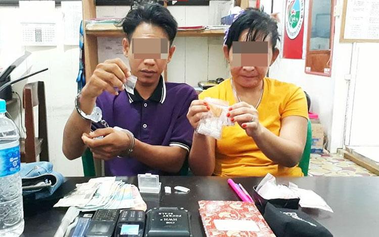 Kakak beradik yang diamankan karena menjadi pengedar sabu saat ditahan dan dilakukan pemeriksaan di Polres Barito Utara