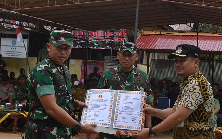 Bupati Barito Utara H Nadalsyah saat melakukan penandatanganan kerjasama bersama Dandim 101Muara Teweh