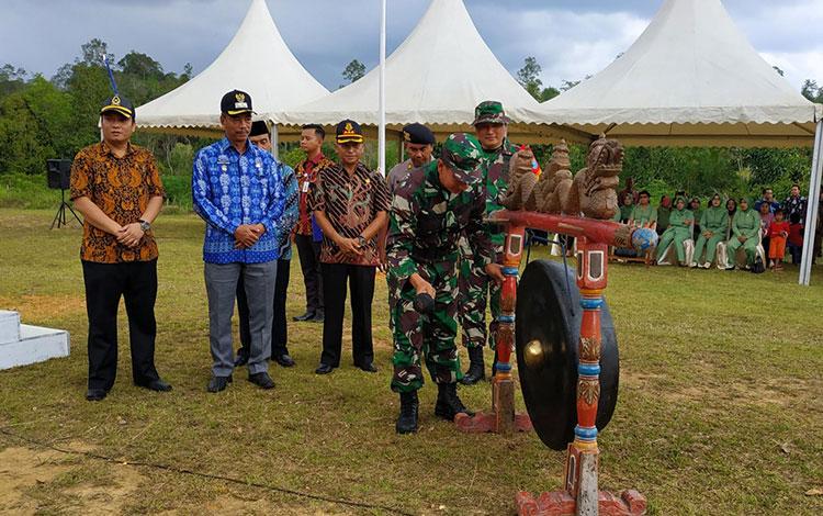 Bupati Barito Utara H Nadalsyah saat memukul gong tanda dibukanya TMMD imbangan ke -106 di Desa Mukut, Kecamatan Lahei, Kabupaten Barito Utara, Rabu 2 Oktober 2019.