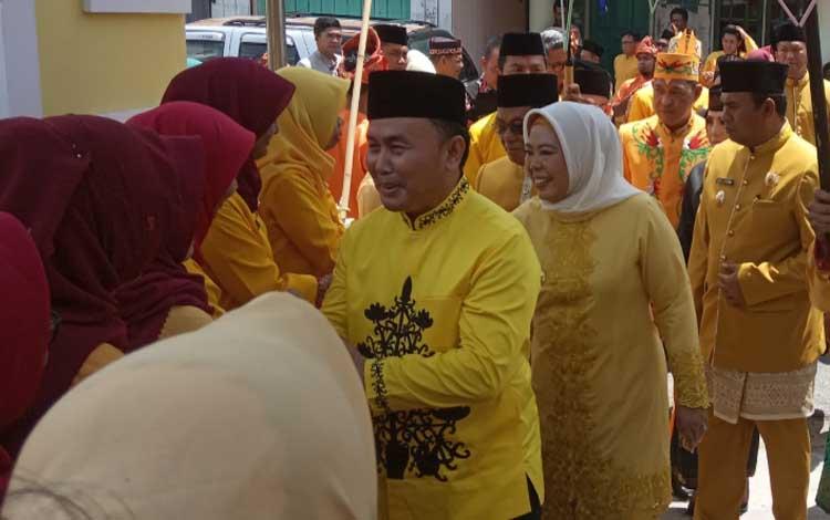 Gubernur Kalteng, Sugianto Sabran dan Bupati Kobar Nurhidayah menyapa tamu undangan. Bupati Kobar merupakan sosok pekerja keras dan inspiratif