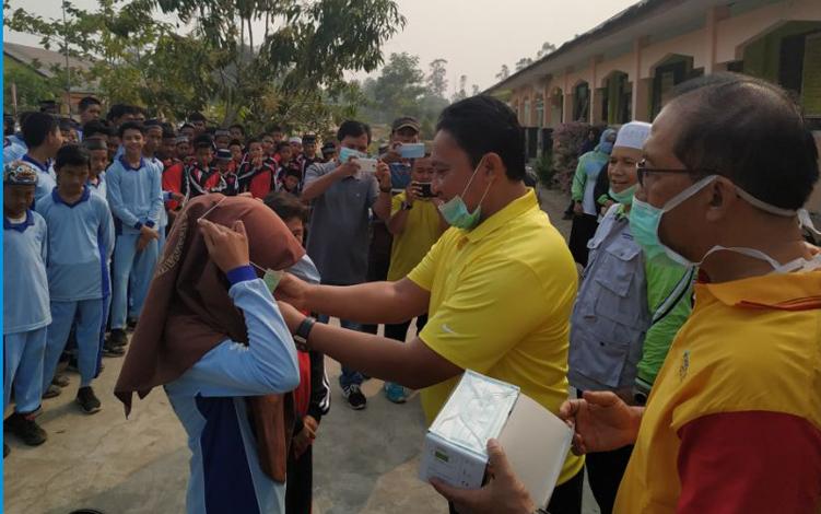 Bupati Pulang Pisau Edy Pratowo sat membagikan masker, belum lama ini.  Bupati berharap, ada dukungan semua pihak, mulai dari masyarakat hingga pemerintah, supaya bencana kebakaran hutan dan lahan atau karhutla bisa dicegah.