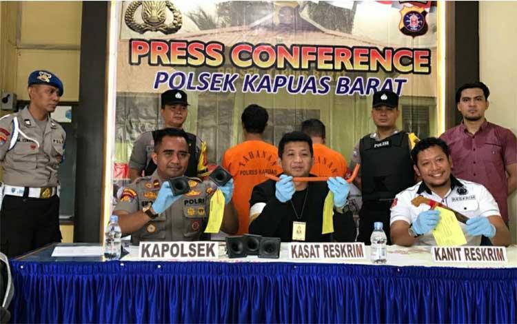 Kasat Reskrim AKP Sony Rizky didampingi Kapolsek Kapuas Barat Ipda Eko Sutrisno saat tunjukkan barang bukti kasus pencurian peralatan pada bangunan walet, Kamis, 3 Oktober 2019