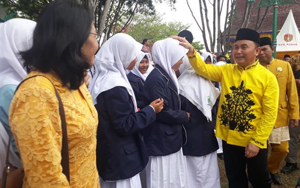 Gubernur Kalteng Sugianto Sabran menyapa pelajar, di acara HUT ke - 60 Kobar, Kamis, 3 Oktober 2019. Gubernur berjanji akan menambah jumlah penerima beasiswa program Kalteng Berkah.