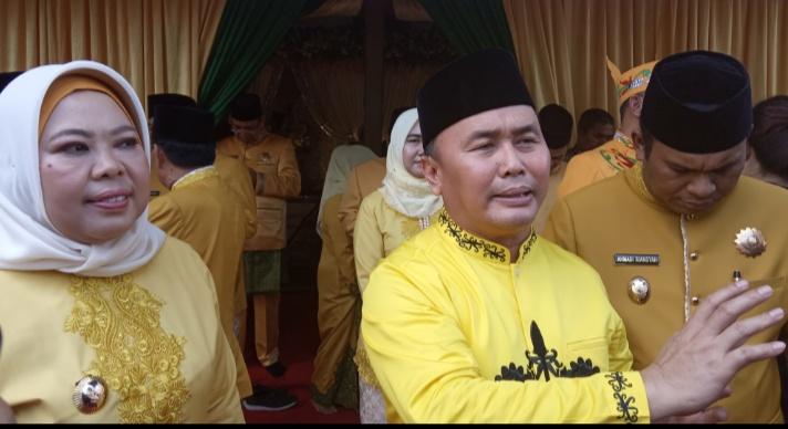 Gubernur Kalteng Sugianto Sabran bersama Bupati Kobar. gubernur menjanjikan di 2020  di Kelurahan Mendawai dan Baru bakal dibangun jembatan gantung