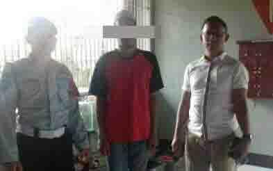 Tersangka pengedar sabu, HA (tengah), yang mengaku ada sabu laku terjual saat dia diamankan.