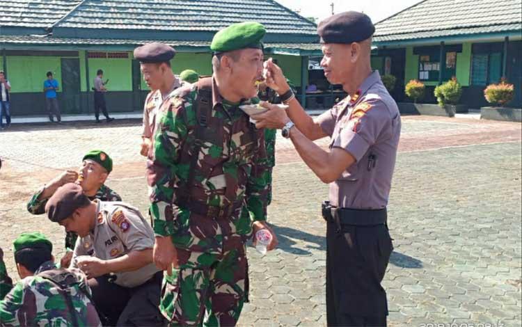 Personel Kodim 1011 Kuala Kapuas dan polres saling bersuapan saat acara peringatan HUT ke 74 TNI. TNI dan Polri di Kapuas terus bersinergi dan tingkatkan kesolidan