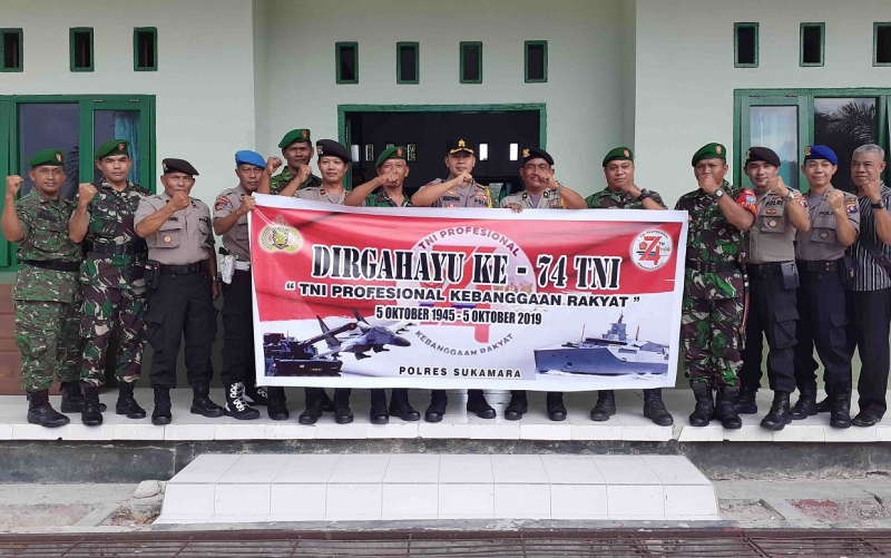 Kunjungan Polres Sukamara ke Koralim 1014-02 dalam rangka memberikan kejutan HUT ke 74 TNI ke danramil, Sabtu, 5 Oktober 2019.