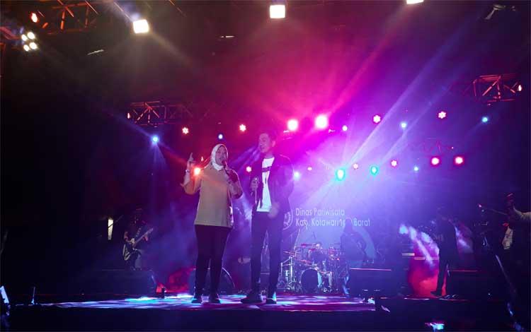 Bupati Nurhidayah bersama artis ibu kota menyanyikan lagu Cinta Terbaik untuk Kotawaringin Barat, Sabtu 5 Oktober 2019