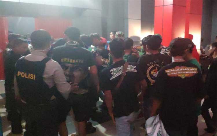 Ratusan personel TNI - Polri mengamankan jalannya pertandingan liga 1 antara tuan rumah Kalteng Putra versus Barito Putra di Stadion Tuah Pahoe, Kota Palangka Raya, Sabtu sore 5 Oktober 2019
