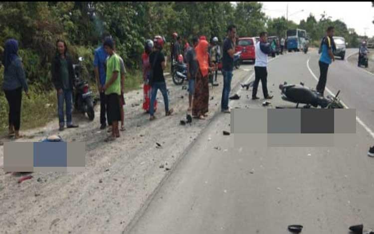 Para warga menyaksikan lokasi kecelakaan di Jalan Pasir Panjang, Desa Batu Belaman, Kecamatan Kumai yang menewaskan 2 pengendara, Sabtu 5 Oktober 2019