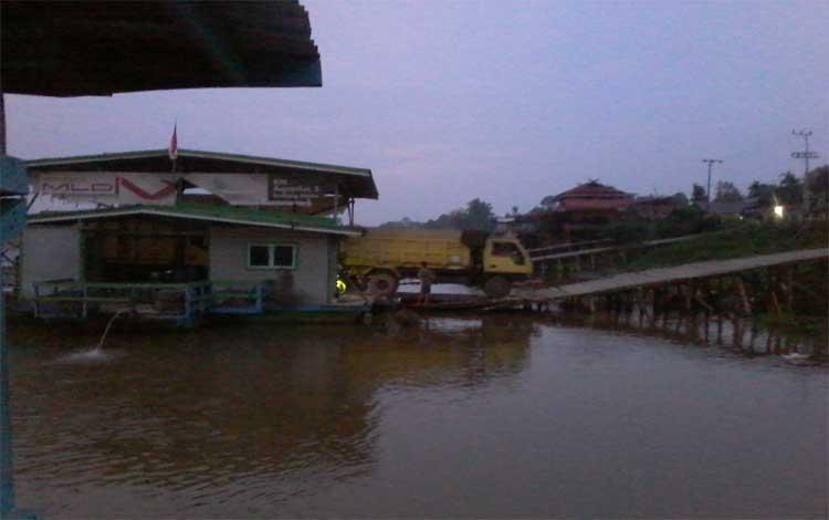 Penyeberangan fery di Tumbang Samba Kecamatan Katingan ini terancam lesu. Sebuah fery menurunkan penumpangnya termasuk truk