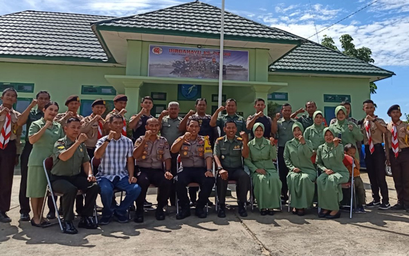 BORNEONEWS, Puruk Cahu - Wakapolres Murung Raya Kompol G Herundo bersama jajarannya memanfaatkan memomen HUT ke - 74 TNI untuk menyambangi Koramil 07/Puruk Cahu, Minggu, 6 Oktober 2019.