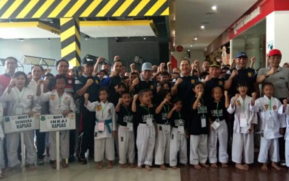 Sebanyak 120 peserta mengikuti kejuaraan karate Dandim Cup 1011/Kuala Kapuas yang dimulai hari ini di halaman salah satu mal di Kuala Kapuas, Kabupaten Kapuas, Minggu, 6 Oktober 2019.