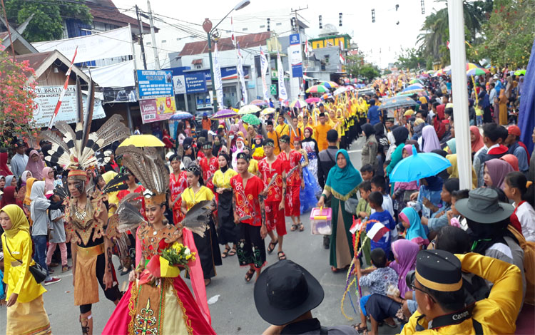 Ribuan masyarakat memadati Jalan Pangeran Antasari menyaksikan pawai budaya nasi adab, Senin 7 Oktober 2019