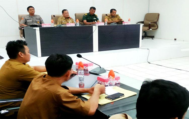 Sekda Barito Utara, Jainal Abidin memimpin rapat koordinasi