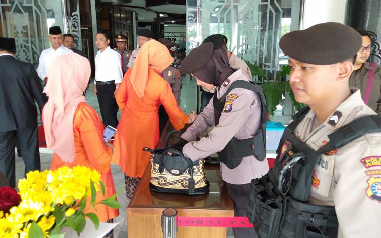 Sebanyak 150 personel Polri melakukan pengamanan jalannya pengambilan sumpah dan janji empat pimpinan DPRD Kalteng, Senin, 7 Oktober 2019.