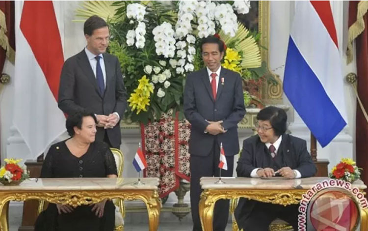 Presiden Joko Widodo bersama Perdana Menteri Kerajaan Belanda Mark Rutte  menyaksikan penandatangan MOU antara Menteri LHK Siti Nurbaya (kanan) dan Menteri Muda Infrastruktur dan Lingkungan Belanda Sharon Dijksma (kiri) di Istana Bogor.