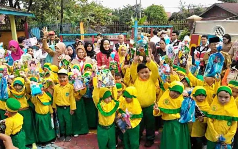 stri Gubernur Kalteng, Yulistra Ivo Azhari Sugianto Sabran mengimbau anak-anak TK untuk menjaga kondisi kesehatan seiring memasuki musim hujan.