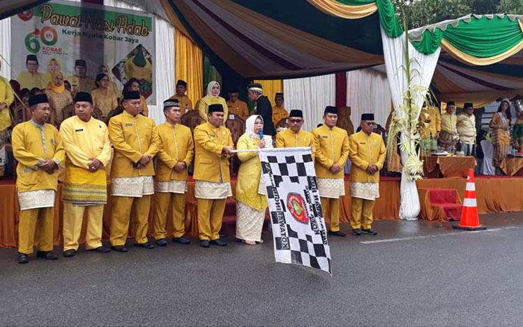 Bupati Kotawaringin Barat (Kobar) Hj Nurhidayah melepas peserta pawai budaya Nasi Adab, dalam rangka memperingati hari ulang tahun atau HUT Kobar ke -60, di Jalan Pangeran Antasari, Senin, 7 Oktober 2019.