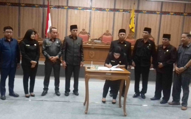 Fraksi DPRD Kotim menandatangani persetujuan struktur alat kelengkapan dewan, Senin, 7 Oktober 2019.