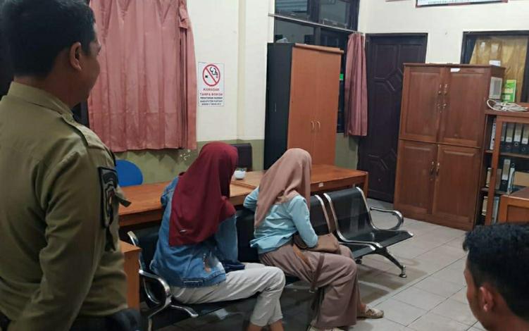 Satuan Polisi Pamong Praja atau Satpol PP dan Damkar Kabupaten Kapuas mengamankan 4 pasangan yang bukan suami istri lantaran berada di dalam kamar hotel di Kota Kuala Kapuas.