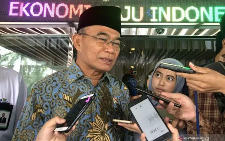 Menteri Pendidikan dan Kebudayaan Muhadjir Effendy saat ditemui di Kantor Kementerian Koordinator Bidang Perekonomian, Jakarta, Senin (7/10/2019). (ANTARA/AstridFaidlatulHabibah)
