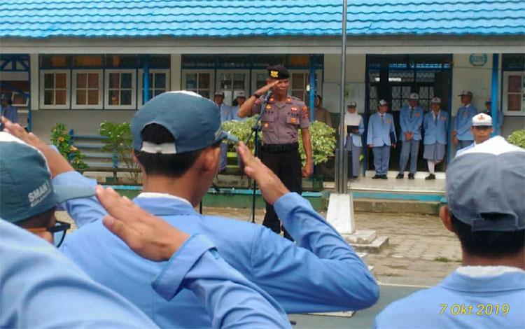 Kasat Binmas Polres Kapuas Iptu Asep M Sidik memimpin upacara di SMAN 1 Kuala Kapuas. Dia menyampaikan sejumlah pesan kepada siswa, Senin 7 Oktober 2019