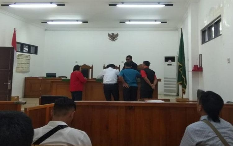 Pemohon dan termohon saat menunjukan barang bukti di hadapan majelis hakim dalam persidangan praperadilan di Pengadilan Negeri Palangka Raya, Senin 7 Oktober 2019. Dalam gugatan ini sang dosen mempraperadilkan kepala kepolisian