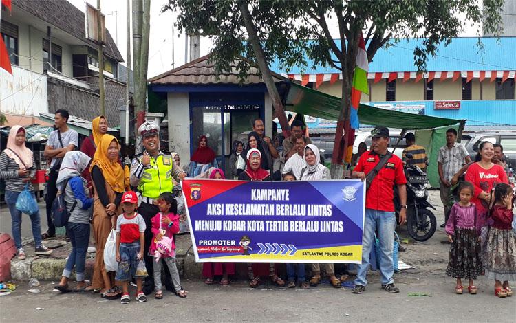 Anggota Satlantas Polres Kobar manfaatkan pawai budaya Nasi Adab dengan kampanyekan keselamatan berlalu lintas, Senin 7 Oktober 2019